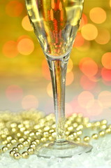 kieliszek szampana na tle bokeh