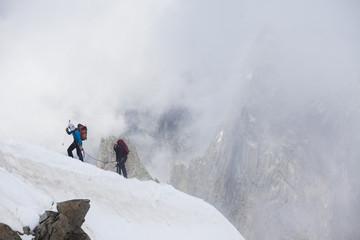 alpinisti in cordata sul monte bianco