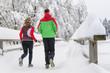 joggendes Paar im Winter