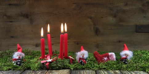 Weihnachtskarte: Advent Kranz mit vier roten Kerzen