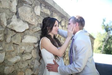 Прогулка жениха с невестой в парке