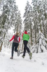joggendes Paar im Wald