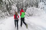 Joggen in verschneiter Natur