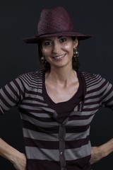 Donna con cappello sorridente