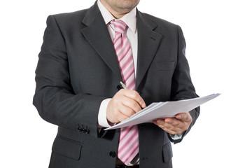 Uomo in ufficio che firma documenti