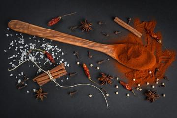 Especias y condimentos para la dieta mediterránea en la cocina
