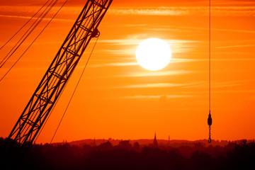 Kran im Sonnenuntergang