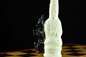 Weißer König mit schwarzem Springer