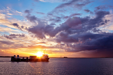 Frachtschiff im Sonnenuntergang