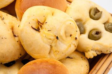 Panini al latte e focaccine alle olive  e cipolla isolati