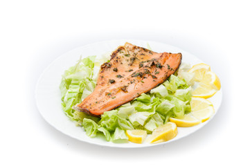 Filetto di trota salmonata nel piatto isolato su sfondo bianco