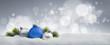 canvas print picture - Blaue und silberne Weihnachtskugeln im Schnee