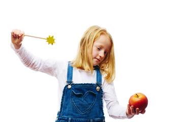 Mädchen verzaubert einen Apfel