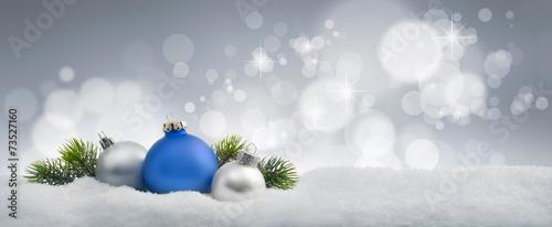 canvas print picture Blaue und silberne Weihnachtskugeln im Schnee