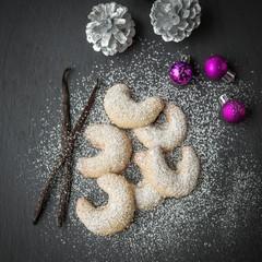 Frische Vanillekipferl mit dekoriert zu Weihnachten
