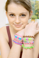 Teen mit Loom Bands an Armen