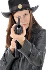 Frau in Kostüm Sheriff zielt mit Gewehr