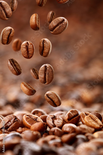 fallende Kaffeebohnen - 73532986