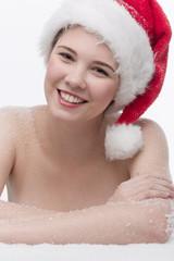 Hübsches Mädchen mit Nikolausmütze im Schnee