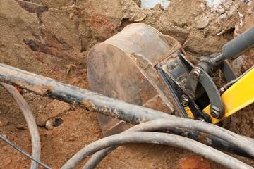 Baggerarbeiten direkt neben Kabeln und Rohren
