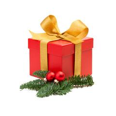 Rotes Weihnachtsgeschenk vor weißem Hintergrund