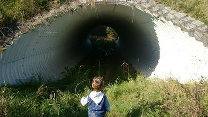 Kleinkind neugierig vor tunnel