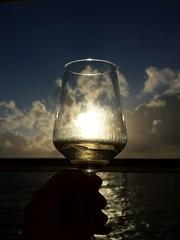 Weinglas vor Ozean