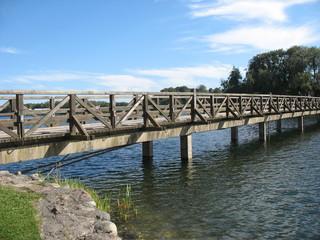 Старый деревянный мост на озере
