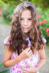 niña tocandose el pelo