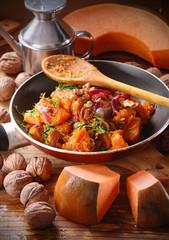 zucca con noci e cipolle in padella