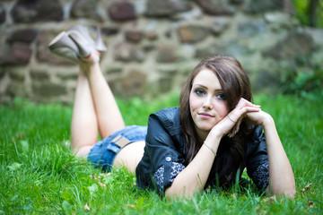 hübsche Frau liegt auf einer Wiese