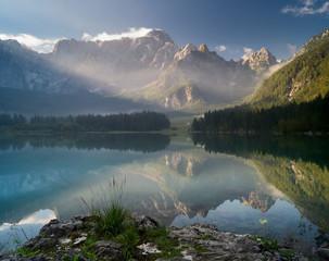 fototapeta jesień nad alpejskim jeziorem