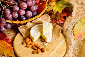 Grapes with cheese and almonds