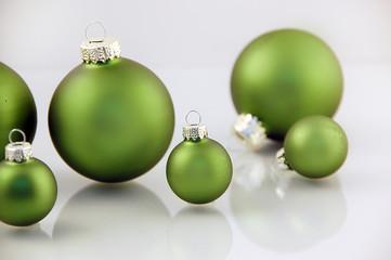 grüne Weihnachtskugeln