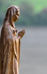 Maria betet Seitenansicht