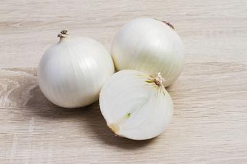 белый лук на деревянном фоне,white onions on a wooden background