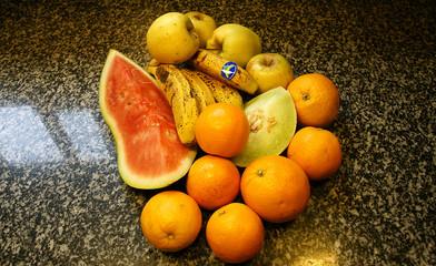 Frutas variadas sobre el mármol de la cocina