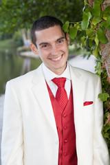 Jeune marié souriant