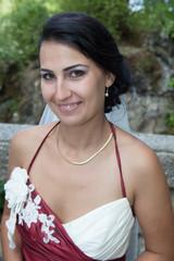 Une mariée souriante