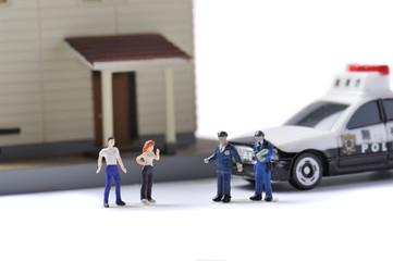 警察官と二人の一般人