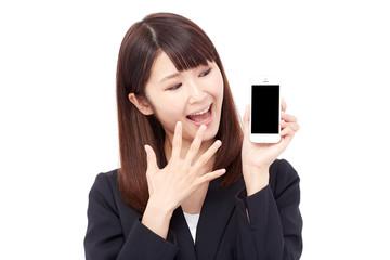 スマートフォンを見せて驚くビジネスウーマン