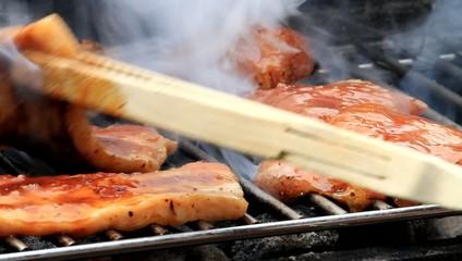Schweinefleisch und Geflügel grillen