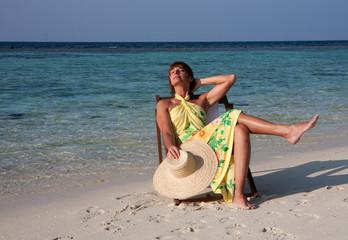 Donna seduta in spiaggia