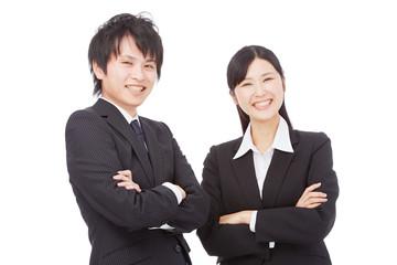 腕組みをするビジネスマンとビジネスウーマン