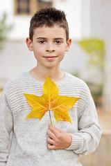 Niño con hoja de otoño