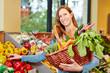 Frau kauft Gemüse im Bioladen