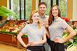 Team im Supermarkt mit Marktleiter und Verkäufer