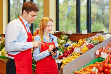 Frau bei Ausbildung zur Einzelhandelskauffrau im Supermarkt