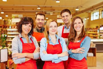 Fünf Verkäufer als Team im Supermarkt