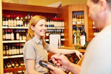 Marktleiter und Mitarbeiterin zählen Warenbestand